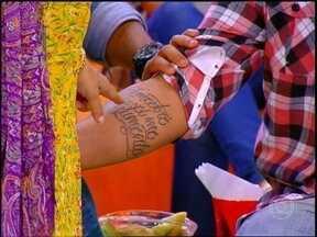 Mug, do grupo Bom Gosto mostra tatuagem com oração de São Francisco de Assis - Em papo com Regina Casé, músico fala admiração ao santo