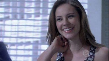 Paloma decide dar uma virada em sua carreira - Ela volta ao trabalho e é recebida por Amarilys