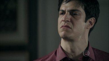 Félix expulsa Edith da mansão - Ele diz que não aguenta mais olhar para a cara da estilista