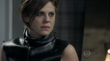 Edith se recusa a revelar quem é seu amante - Félix não se intimida com as ameaças da esposa e afirma que Jonathan ficará com ele na mansão