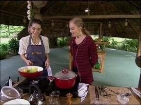 Fernanda Machado mostra dotes culinários e diz que cozinha para o namorado - Ao lado de Angélica, atriz prepara uma carne cozida ao vinho tinto e declara sua paixão pela cozinha