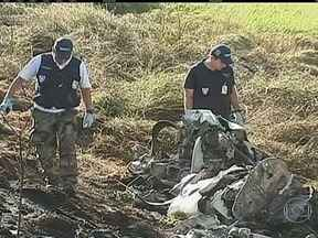 Avião cai ao lado da Rodovia Anhanguera e deixa quatro mortos - Um avião pequeno caiu ao lado da Rodovia Anhanguera, em Jundiaí, no interior de São Paulo. A família que estava a bordo morreu.
