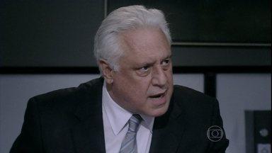 César proíbe Felix de assumir que é gay - O médico se irrita após o filho dizer que não se importa se Edith contar para todo mundo a verdade