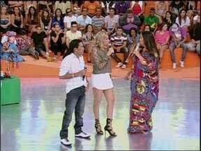 Em papo com Regina Casé, Solteirões do Forró falam sobre relacionamento - Banda também canta o sucesso 'Carinho e Barata'