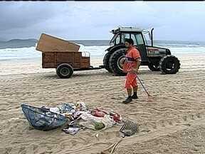Ação recolhe toneladas de lixo em Ipanema - A Comlurb não recolheu o lixo de um trecho da Praia de Ipanema para mostrar a quantidade de coisas deixada nas areias pelos banhistas. A ação tem parceria do Rock in Rio.