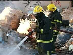 Incêndio atinge galpão de reciclagem no Varjão - O incêndio começou no terreno utilizado para separação de lixo. Duas viaturas dos bombeiros foram para o local. Ainda não se sabe a causa do acidente.