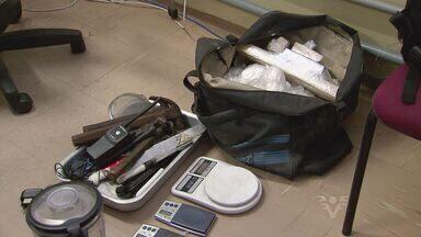 Denúncia de um carro roubado levou a polícia a um laboratório de drogas em Santos - No local, facas, balanças de precisão e drogas foram encontradas
