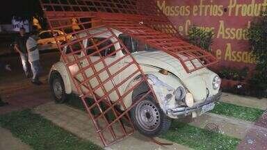 Ladrões arrombam comércio e carro fica preso no portão em São Carlos - Ladrões arrombam comércio e carro fica preso no portão em São Carlos.