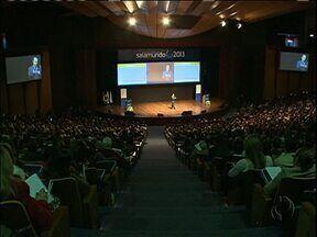 Professores de todo país se reúnem para discutir a educação - É o Salamundo, evento que trouxe a Curitiba palestrantes como o ministro Aloízio Mercadante.
