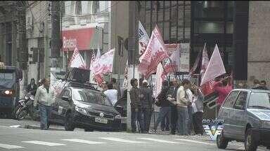 Bancários organizam protesto na Praça Mauá em Santos - Além dos funcionários de bancos, trabalhadores de outras categorias também participam da manifestação