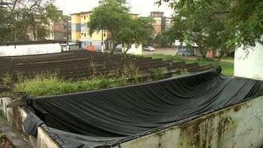 Cisterna no bairro Santa Amália, em Maceió, está descoberta háum mês, segundo moradores - Telhado quebrou e Casal improvisou o fechamento uma lona, mas o vento já retirou o plástico.