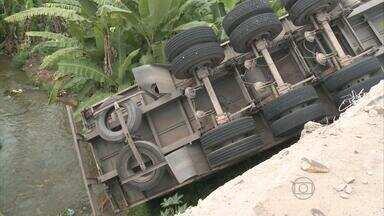Caminhão tomba na estrada de Aldeia durante a madrugada - Motorista perdeu o controle da direção quando passava por uma pequena ponte que fica na rodovia.