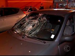 Homem é atropelado em Uberlândia e vai para o hospital desacordado - Acidente aconteceu na Avenida João Pinheiro, no Bairro Brasil. Motorista disse que tentou frear, mas não conseguiu evitar o acidente.