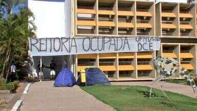 Estudantes mantêm ocupação do prédio da reitoria da UFMT em Cuiabá - Continua a invasão no prédio da reitoria da UFMT, em Cuiabá, organizada pelos estudantes do campus de Sinop.