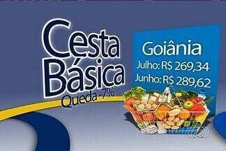 Custo da cesta básica tem queda em Goiânia, segundo Dieese - O custo da cesta básica em Goiânia registrou queda, de acordo com um levantamento do Departamento Intersindical de Estatística e Estudos Socioeconômicos (Dieese). Os dados foram colhidos em 18 capitais brasileiras no mês passado.