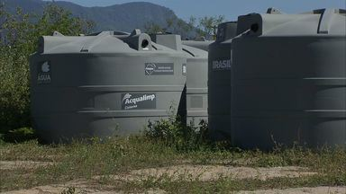 Instaladas há quatro meses, cisternas de plástico sofrem degradação com o sol - Famílias dizem que cisterna de cimento são mais eficientes.