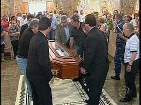 Milhares de fiéis acompanham a missa de corpo presente de Dom Jaime em Maringá - Primeiro arcebispo de Maringá morreu no início da semana aos 97 anos