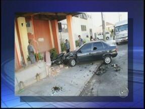 Caminhão sem freio atinge carro e motos na zona leste de Marília - Um caminhão que fazia entrega de bebidas, na zona leste de Marília (SP), atingiu um carro e duas motocicletas, que estavam estacionados em frente a uma panificadora na tarde desta terça-feira (6).