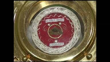 Relíquia de São Benedito vinda da Itália é exposta em Angra dos Reis, RJ - É um pequeno pedaço da pele do corpo do santo que está intacto.