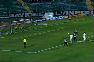 De pênalti, Rafael Costa marca para o Figueirense, contra o Icasa - Tchô é lançado. Quando domina dentro da área, sofre falta e o juiz marca penalidade