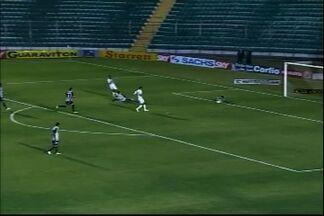 Tiago Volpi salva gol de Tadeu, cara a cara com o atacante. - Atleta do Icasa perde boa chance de empatar a partida
