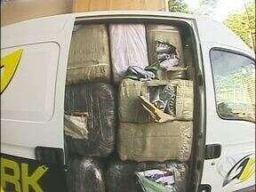 Receita federal apreende roupas e tênis falsificados - As mercadorias estavam numa van abandonada na área rural de Foz.