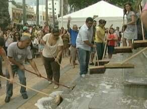 Em protesto, servidores municipais de Cachoeiro lavam escadaria da prefeitura - Servidores municipais reivindicam reajuste salarial.