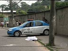 Polícia procura os criminosos que mataram estudante em Nova Iguaçu - Segundo a polícia, dois homens de moto pararam o motorista para roubar o carro. Testemunhas afirmaram que Pedro Henrique, de 22 anos, reagiu ao assalto e acabou baleado.