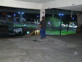 Teto e parede de garagem em prédio do bairro de Brotas desaba na noite da última quarta - Dois carros que estavam na garagem acabaram caindo no terreno de uma obra ao lado do prédio.