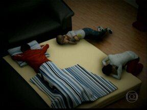 Investigação conclui que menino foi para escola após matar parentes - A polícia reafirma que um menino de 13 anos é o principal suspeito de matar os pais e outros dois parentes. A investigação diz ainda que o adolescente foi para a escola e depois se matou.