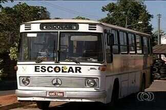 Mais de 600 alunos não vão à escola por falta de transporte na zona rural de Pirenópolis - Motoristas dos ônibus deixaram de circular por falta de pagamento pelo serviço. Com isso, mais de 600 estudantes que vivem na zona rural não têm como ir à escola.