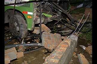Ônibus invade igreja em construção e fere três pessoas, em Belém - Ônibus invade igreja em construção e fere três pessoas, em Belém.