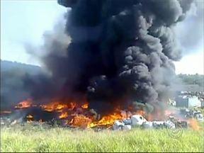 Bombeiros da região levaram mais de três horas para conter incêndio em Salto - Bombeiros de Salto, Itu e Sorocaba (SP) trabalharam por mais de três horas para controlar um incêndioque atingiu um depósito de material reciclável. O fogo começou num terreno e atingiu o galpão.