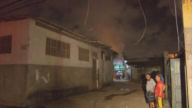 Bombeiros ainda não sabem o que provocou incêndio em fábrica de pipoca - Moradores que conheciam a fábrica por dentro entraram no local para apagar as chamas.