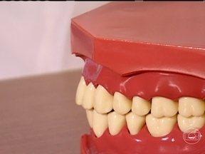 Veja o que causa a gengivite - Escovar os dentes pelo menos três vezes ao dia e o uso do fio dental são recursos fundamentais para a saúde da boca. Segundo o dentista, quanto mais vermelha a gengiva, menos saudável ela é.