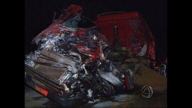 Acidente entre carretas mata dois motoristas em MT - Dois motoristas morreram na noite desta quarta-feira em um acidente na BR-364, perto de Rondonópolis.