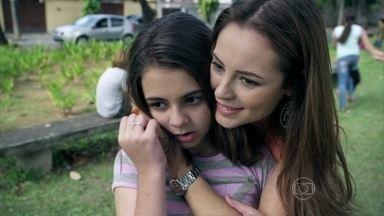 Paulinha tem sua primeira menstruação - Paloma a ajuda. Bruno chega em casa e encontra a pediatra cuidando da menina