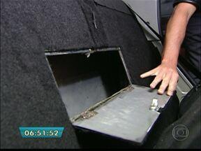 Polícia encontra cocaína em cofre escondido em carro - A polícia encontrou 15 quilos de pasta base de cocaína escondidos dentro de um carro, em Itaim Paulista, na Zona Leste. O que chamou a atenção dos policiais foi o mecanismo utilizado para armazenar a droga.