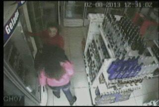 Mulheres são flagradas furtando em uma loja de conveniência - Câmeras de segurança de uma loja de conveniência de um posto de combustíveis em Lajeado.
