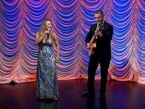 Musical de encerramento com Michelle Spinelli & Tomati - Eles animam a plateia ao som de 'Samba do avião'.