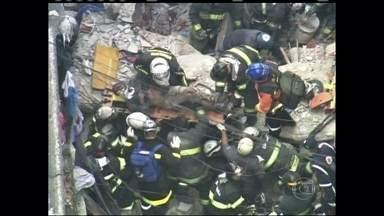 Bombeiros trabalham para resgatar feridos em São Paulo - Acidente em casa deve ter acontecido por explosão de gás