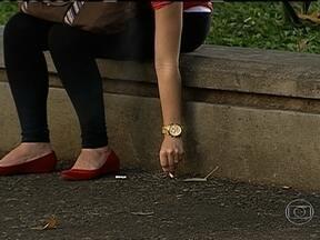 Prefeitura passa a multar quem joga lixo nas ruas do centro do Rio - A partir desta terça-feira (20), quem for pego jogando lixo na rua leva multa. Serão 58 equipes de fiscalização, principalmente na área que abrange a Avenida Presidente Vargas e Avenida Rio Branco.