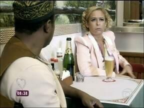 Em 'Tapas e Beijos', Sueli vive na fossa por causa do namorado Jorge - Personagem de Andréa Beltrão chora as pitangas com o ex-marido Jurandir