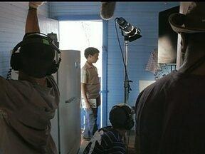 """Taguatinga é cenário de mais um filme - Dentro do polo de cinema de Sobradinho está sendo gravado o filme """"Do outro lado do paraíso"""". Ao todo, são 50 atores, quase todos de Brasília. O Filme deve ser lançado em abril de 2014."""