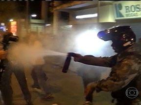 PM lança spray de pimenta em jornalista e manifestantes durante protesto na zona Sul - O ato começou na Câmara e seguiu para a Alerj, onde houve confusão. Quando voltavam para a Cinelândia, vândalos depredaram agências bancárias. Manifestantes denunciaram o uso de armas de choque pelos policiais.