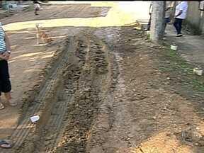 Moradores de São Gonçalo reclamam da falta de pavimentação em rua - O RJ Móvel voltou na Rua Agostinho Felix Vieira, em Alcântara, e ainda encontrou insatisfação por parte dos moradores. Eles relatam que caminhões e carros acabam atolando por causa da lama no local.