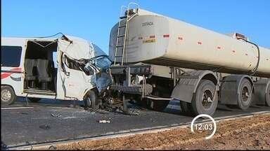 Acidente entre van e caminhão mata um e deixa quatro feridos em Taubaté (SP) - Um homem morreu e outras quatro pessoas ficaram feridas na manhã desta terça-feira (20) após um acidente entre uma van e um caminhão-tanque na rodovia Floriano Rodrigues Pinheiro (SP-123), que liga Taubaté a Campos do Jordão.