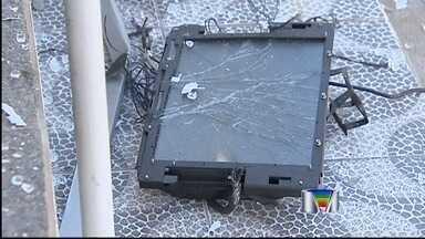 Caixa eletrônico localizado próximo à base da PM é explodido em Lagoinha (SP) - Um caixa eletrônico foi explodido na madrugada desta terça-feira (20), em Lagoinha (SP). O terminal estava localizado em uma agência do Bradesco próxima a base da Polícia Militar, no centro da cidade.
