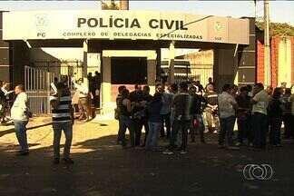 Paralisação de policiais civis gera impasse em delegacias, em Goiás - A paralisação é a segunda em menos de uma semana. Segundo o Sindicado dos Policiais Civis do Estado de Goiás (Sinpol) os policiais trabalham apenas com 30% do efetivo.