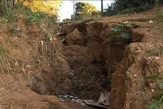 Moradores denunciam erosões no Setor Veiga Jardim, em Aparecida de Goiânia - Segundo os moradores da região, o problema já tem quase 20 anos. A vizinhança tem medo que crianças caiam nos buracos.